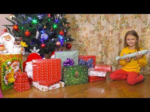 Видео как девочка открывает подарки