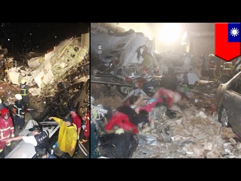 台湾で旅客機墜落、必死の救助 ...