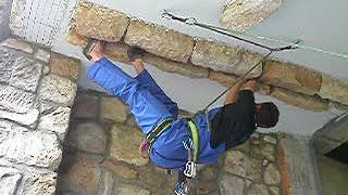 Bergsteiger der DiBaB GmbH klettert schweren Dachriss Erstbegehung