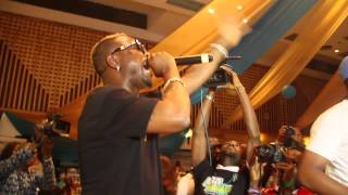 ORITSE FEMI - DOUBLE WAHALA TINZ ON STAGE