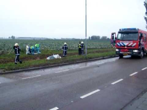Hulpdiensten komen ter plaatse bij auto te water op de Koggeweg in Venhuizen ( 24 – 10 – 2009 )