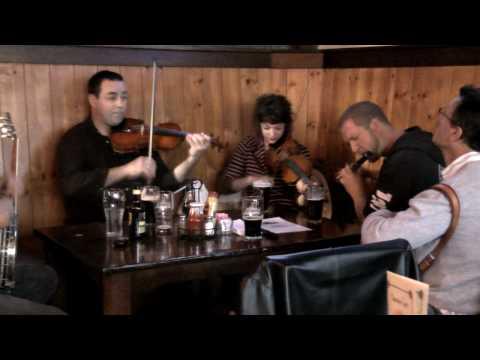 LIVE IRISH MUSIC AT THE CHIEFTAIN IRISH PUB & RESTAURANT, SAN FRANCISCO