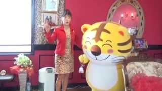 マダム信子会長がきんさんのマスコット「とらきち」を応援!