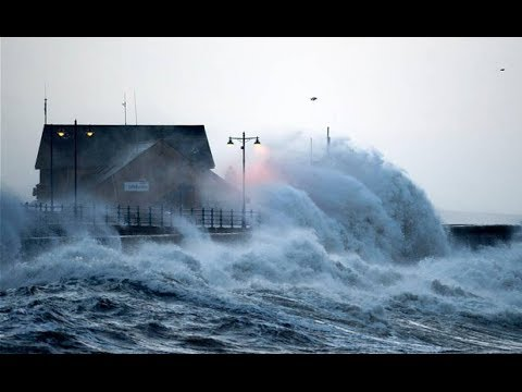 UK Weather: Waves breach seawall in Bude, North Cornwall ami