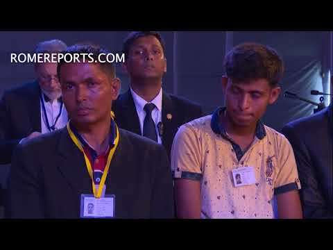 Emotional Pope Francis asks Rohingya to forgive world