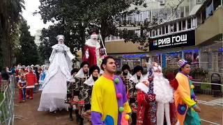 Сочи. парад Дед Морозов. С новым годом. Зима в Сочи