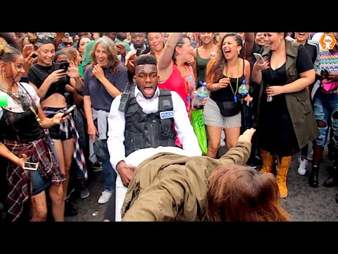 Police Officer Daggering Girls At Notting Hill Carnival 2016