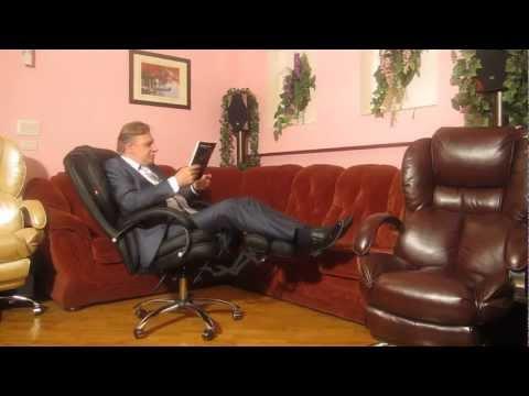 Скачать женщина сидит в кресле и смотрит как мужик дрочит