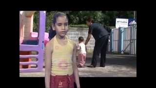 Jane Constance (7 ans) - Prendre un enfant par la main / Clip Oderoi