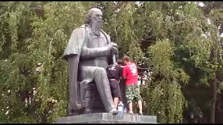 В Твери белой краской решили покрасить трость Салтыкова-Щедрина Video