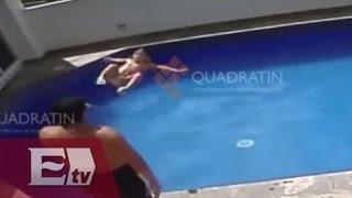 Repeat youtube video Cámaras de seguridad captan hombre mientras ahoga a niña de 3 años en la piscina de hotel