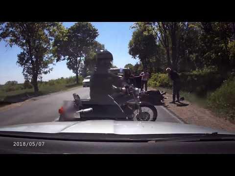 Prosta droga, ładna pogoda, w sznurze aut jedzie motocyklista. Auta w pewnym momencie się zatrzymują, zaś motocyklista, nawet nie próbując hamować, ani uciec na pobocze, wjeżdża wprost w tył samochodu, za którym podążał. Zagapił się, czy może przysnął?