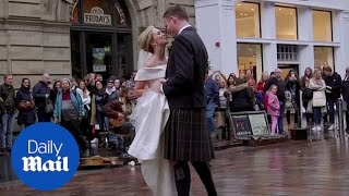 Newlyweds have their first dance to busker playing in Glasgow