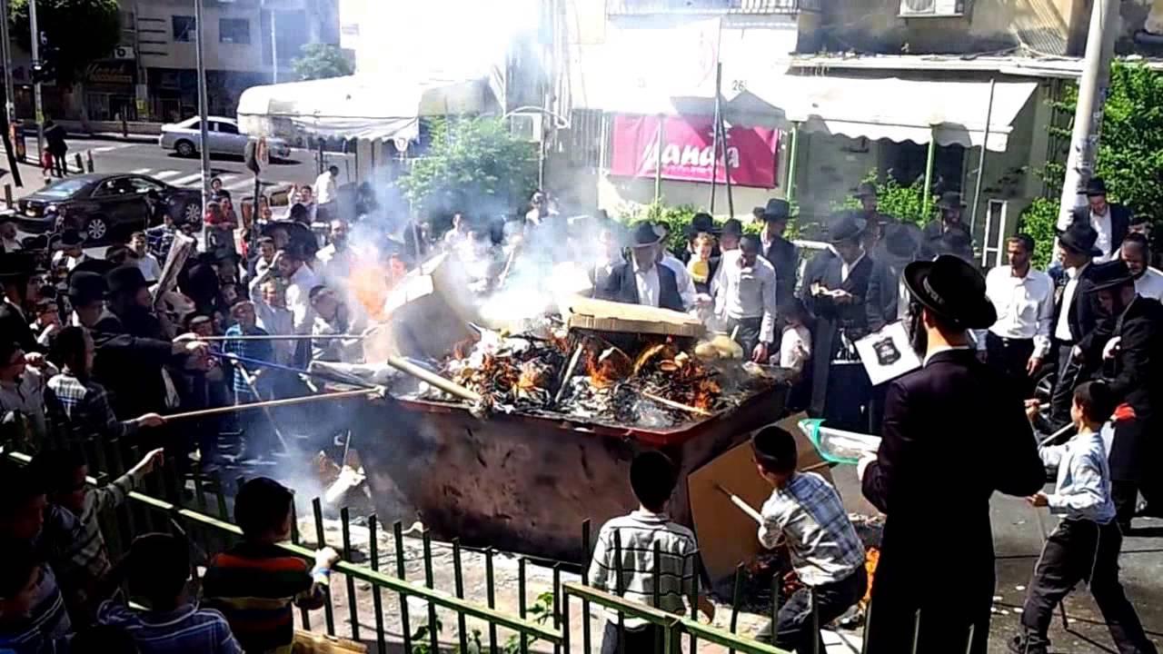 ההכנות לחג הפסח בבני ברק: שריפת חמץ והגעלת כלים
