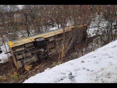 Нарушив ПДД водитель кроссовера сбежал с места аварии опрокинув автобус в кювет