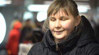 Слепая певица Юлия Дьякова выступает на улице и получает третье образование (новости)