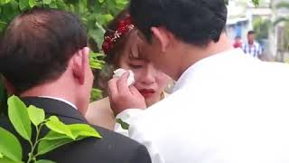 Cô Dâu ôm cha  khóc nức nở khi được đưa về nhà chồng