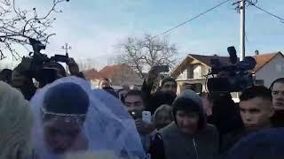 Svadba Veljka i Bogdane: Mladenci izlaze iz kuće i kreću na venčanje