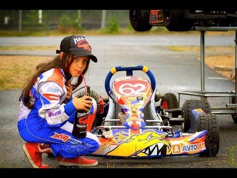 Девочка обгоняет парней на гоночной трассе!