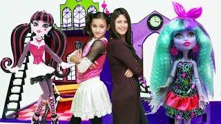 Ayşe ve Draculara Monster High okulunu kuruyorlar