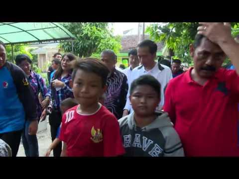 Presiden Joko Widodo Meninjau Bantaran Sungai Bengawan Solo.