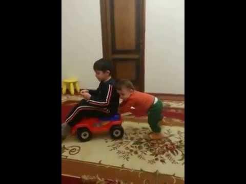 Маленькие смешные дети видео, приколы дети катаются