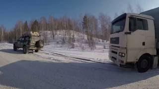 Помощь на дороге. Вытаскиваем джипами груженую фуру в гору.(На дороге Мариинск - Тисуль - Шарыпово. Утро 21 февраля 2016. По словам водителя MAN, он простоял почти сутки после..., 2016-11-16T16:28:33.000Z)