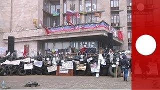 Видео: баррикады в Донецке, Макеевке и Славянске(Пророссийские активисты продолжили удержание здания областной администрации в Донецке в понедельник,..., 2014-04-14T11:02:59.000Z)