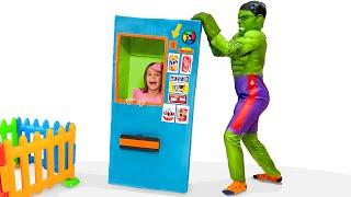 Max y Katy su máquina expendedora con superhéroes