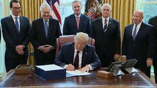 Donald Trump firma un paquete de estímulos histórico para paliar los estragos de la pandemia