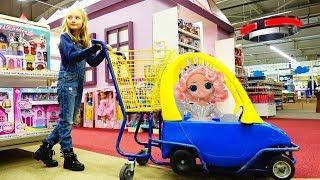 Polina compra juguetes nuevos con una muñeca LOL