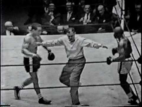 """Jose Gonzalez TKO 6 Rubin """"Hurricane"""" Carter, round 3"""