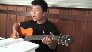 """Bé Tiến Lộc chơi guitar và hát bài """"Biển Nhớ - Trịnh Công Sơn"""