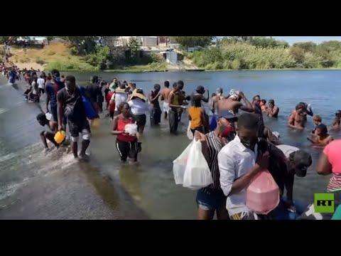 شاهد.. مئات المهاجرين يعبرون نهرا حدوديا بين أمريكا والمكسيك مشيا على الأقدام