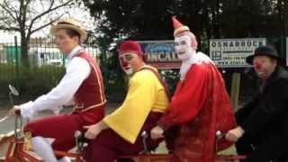 Circus Roncalli - 5 Clowns mit dem Pentadem durch Osnabrück