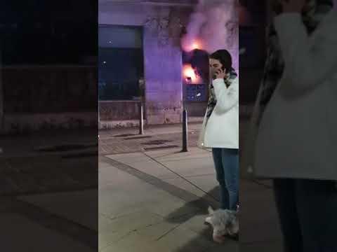 Un comercio de la céntrica calle santanderina Jesús de Monasterio ha sufrido anoche un incendio que han sofocado de los bomberos municipales.