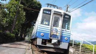 線路と道路がやたらと近づいている比島駅を通過するえちぜん鉄道の電車(福井行き)