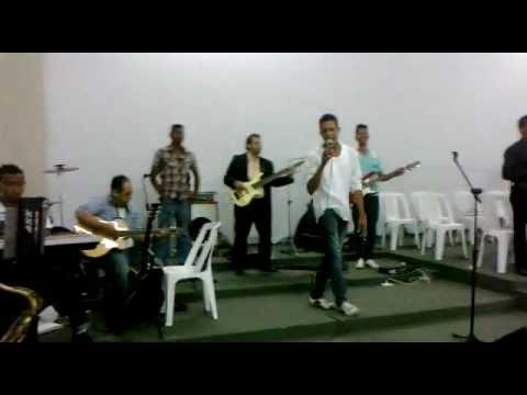 Banda UPR interpreta a musica faz chover com o cantor Emanuel Oliveira