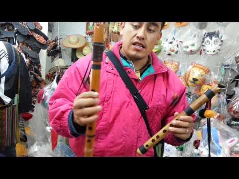 FOLKLORE BOLIVIANO - ELIUT MOSTRANDO QUENA BOLIVIANA