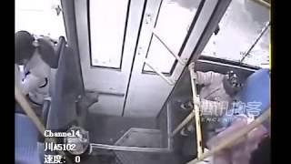 Clip đẻ rơi trên xe bus gây chú ý Internet tuần qua
