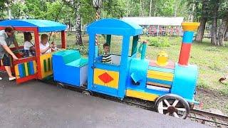 Дети едут на машине в другой город Юрга. Батуты, поезд, катер. МанкитуТаим(Дети собрались поехать в другой город к своей бабушке. Сначала они едут на метро, а за пересаживаются на..., 2016-08-07T05:43:04.000Z)