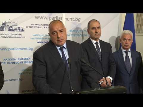 """Бойко Борисов: Днес с """"Обединените патриоти"""" подписахме управленска програма за периода 2017-2021 г. Разработването на програмата бе труден процес, но се радвам, че въпреки компромисите, успяхме да стигнем до съгласие и се водихме от принципа """"България над всичко"""". Винаги съм считал демокрацията като нещо свято. Върнахме управлението с цел народът да може да се произнесе как и по какъв начин да бъде управляван. Ако ние не се бяхме разбрали, трябваше да отидем на нови избори в следващите няколко месеца. Когато отчетем и безспорно слабото служебно правителство, още месеци без парламент е дори рисково."""