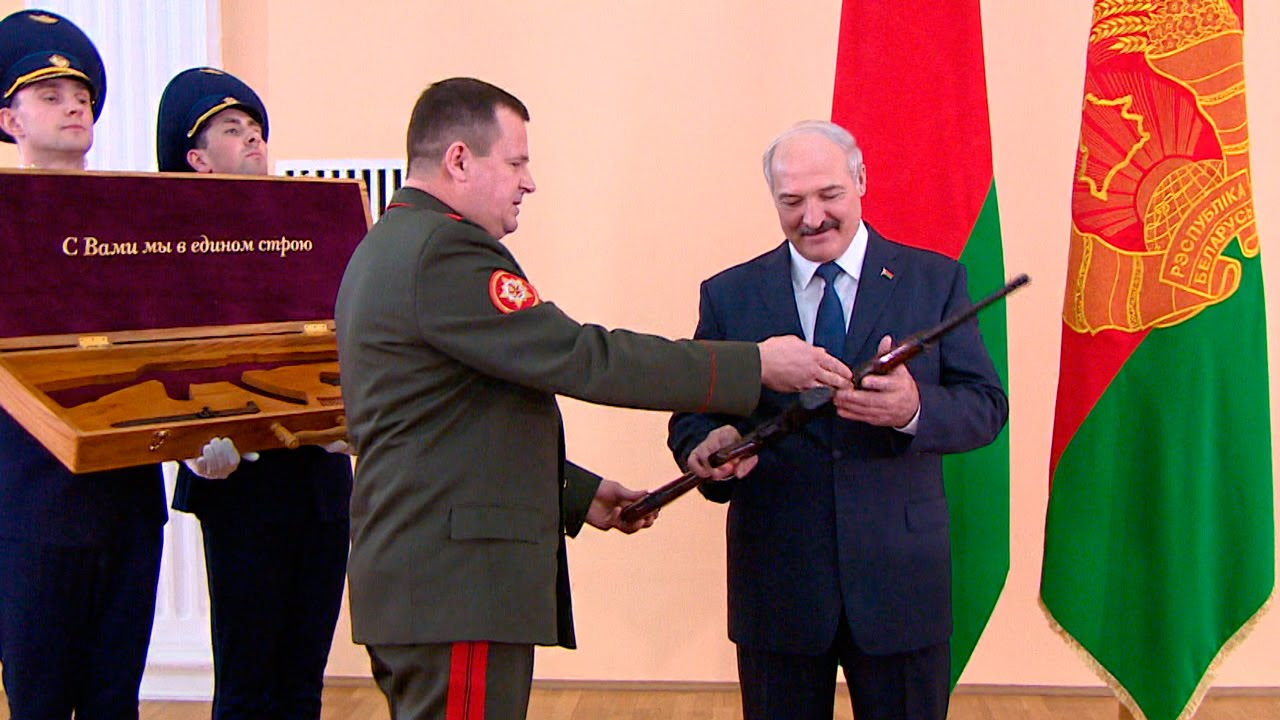 Лукашенко во время посещения Минобороны подарили автомат Калашникова
