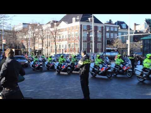 Aankomst Koning Filip van België bij het Binnenhof met een grote VTB-begeleiding