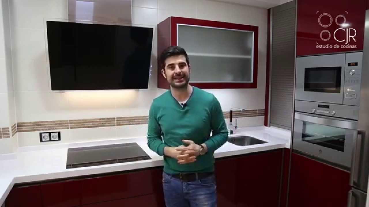 Cocina moderna color burdeos terminada en silestone blanco - Cocinas color burdeos ...