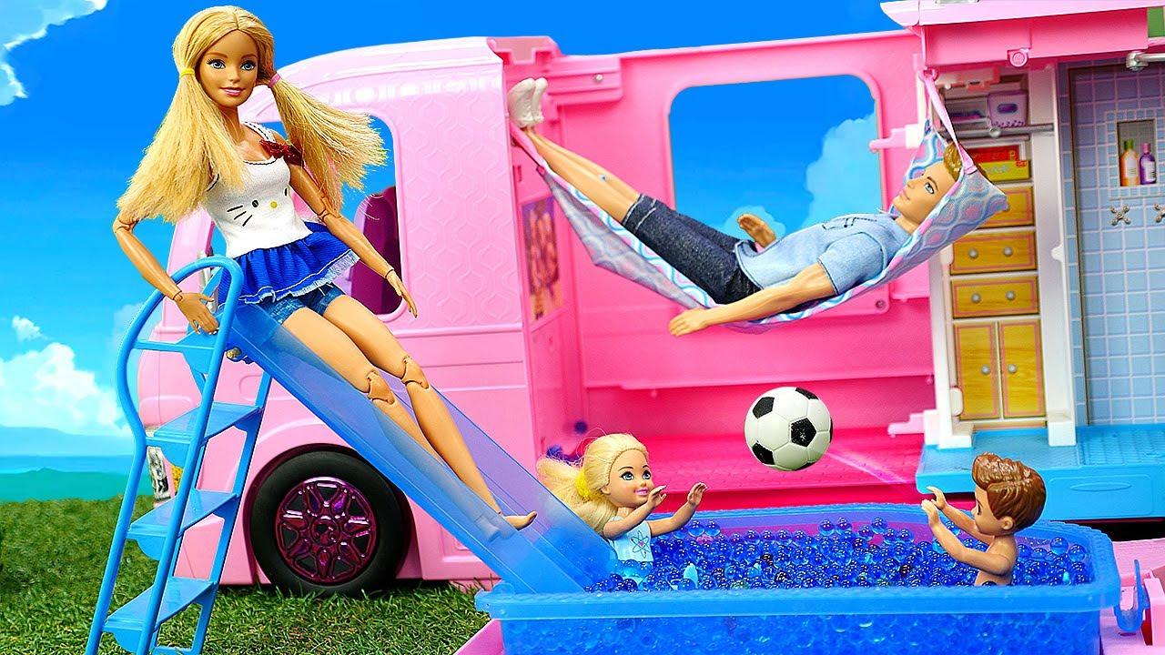 La famille de Barbie au pique-nique. Camping-car pour les poupées.