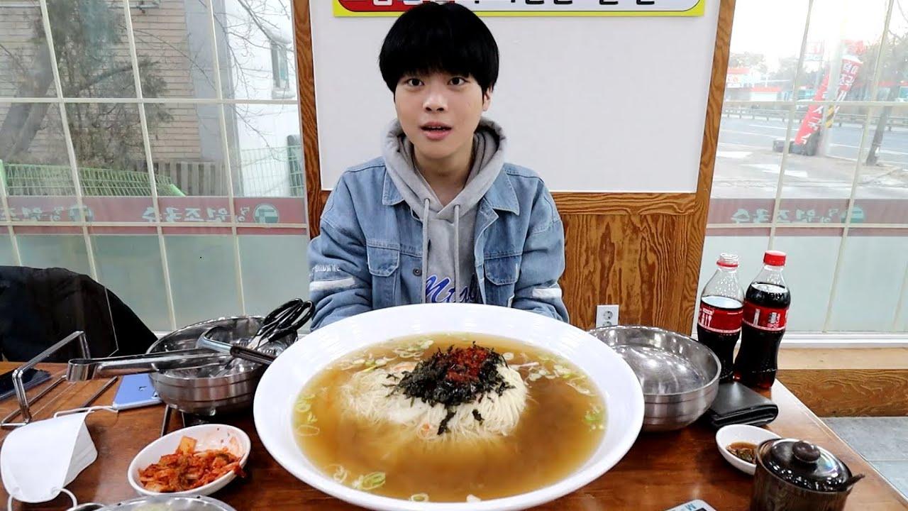 """""""사장님! 이거 두 손으로 들기도 힘든데요..?"""" 역대급 크기의 초대형 잔치국수 15분 안에 먹으면 공짜! korean eating show"""