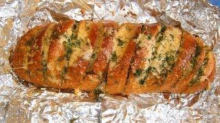 Запечённый батон с сыром, чесноком и укропом