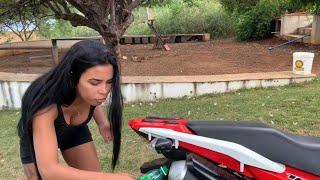 VANESSA COLOCA ÓLEO DIESEL NO ESCAPAMENTO DA MOTO DE JOÃO