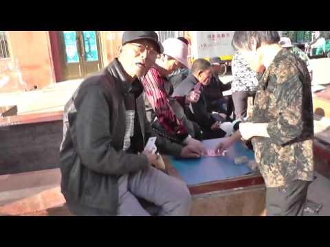 китаец играть в карты